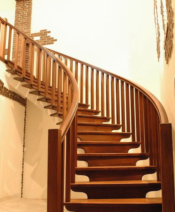 Деревянная лестница для дачи
